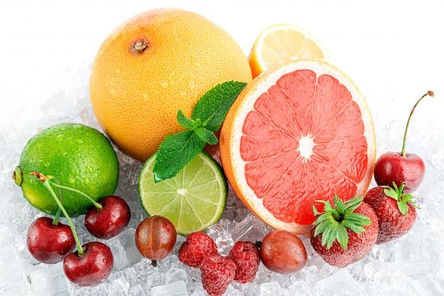 얼음에 수분이 많은 신선한 과일. 여름 더위에 시원한 음료의 개념