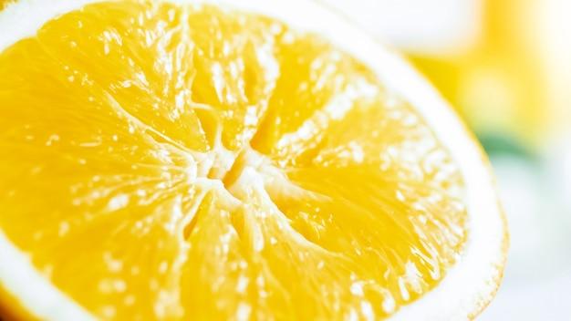 Сочный свежий спелый апельсин разрезать пополам.