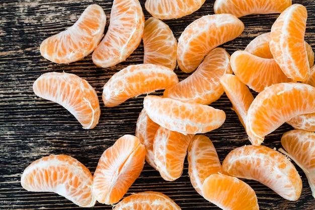 감귤류 과일의 근접 촬영 테이블에 신선한 익은 달콤한 오렌지의 육즙 신선한 조각