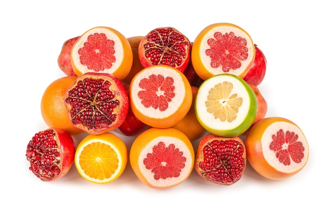 Сочный грейпфрут, апельсин, гранат, конфета цитрусовых на белом фоне.