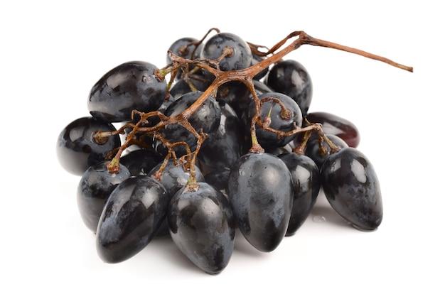 Сочный виноград на белом фоне