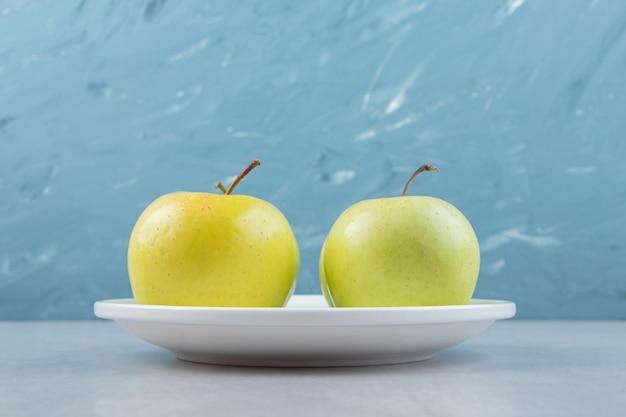 白いプレートにジューシーな青リンゴ