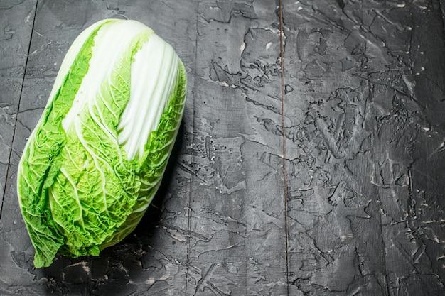 Сочная зеленая капуста. на деревенском фоне