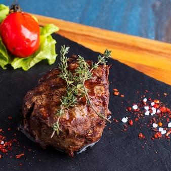 ジューシーな牛肉のグリルステーキのクローズアップ