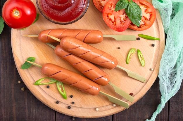 新鮮な野菜を串に刺したジューシーなグリルソーセージ