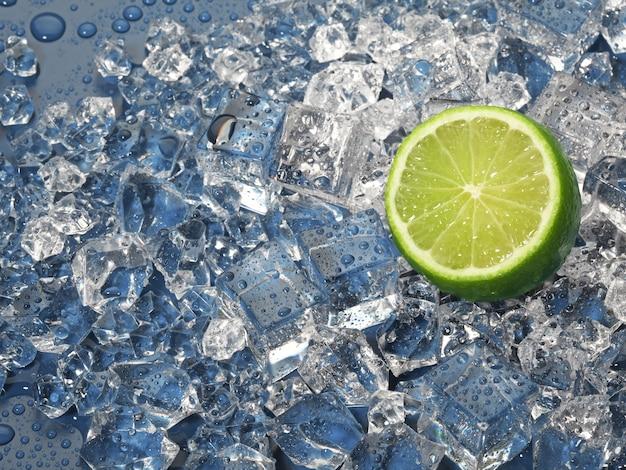 湿った氷の山にライムの柑橘系の果物のジューシーな半分。青い背景に