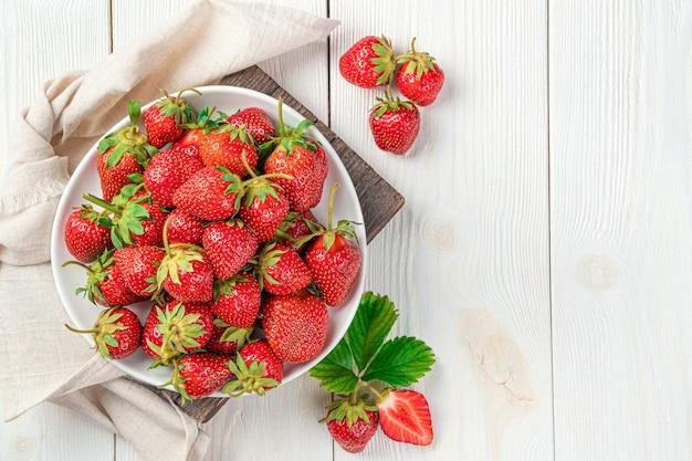 흰색 바탕에 육즙, 건강 한 딸기입니다. 여름 딸기입니다. 상위 뷰, 복사 공간입니다.