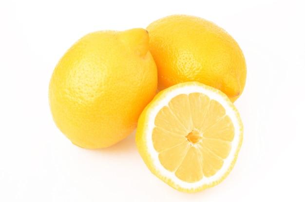 白で分離されたジューシーなレモン