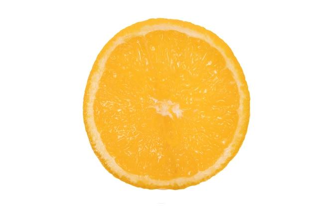 과즙 오렌지. 흰색 배경에 고립. 오렌지 과일. 과일의 절반. 고품질 사진