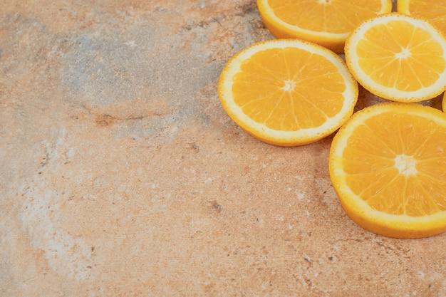 Succose fette d'arancia su sfondo marmo.