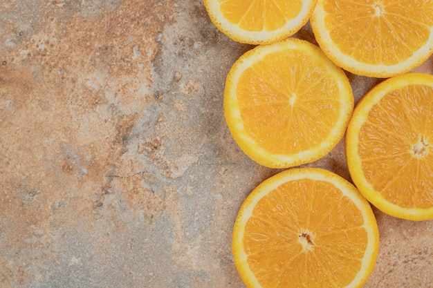 大理石の背景にジューシーなオレンジスライス。