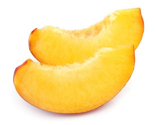 Сочные дольки персика на белом