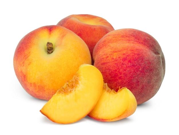 ジューシーな桃と桃のスライスが分離されました