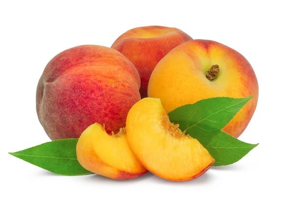ジューシーな桃と葉が分離されたスライス
