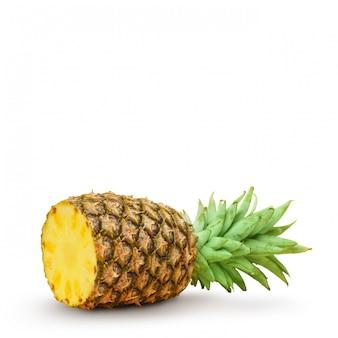 ジューシーなパイナップル、白い背景の上の部分にカットします。分離されました。