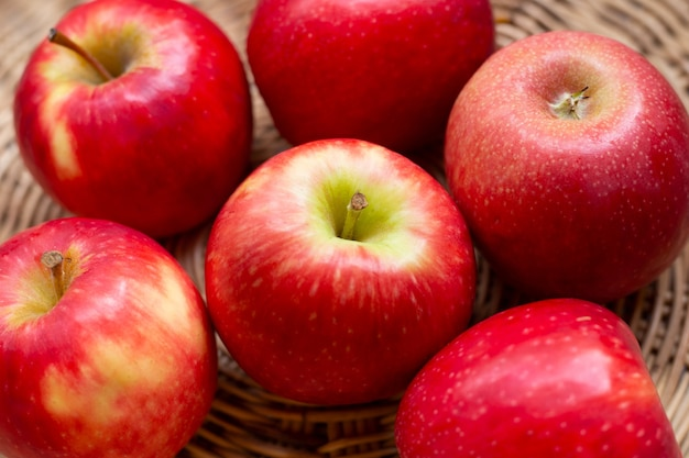 Сочные красные яблоки в корзине