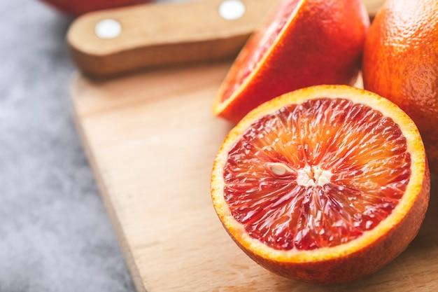 木の板にジューシーな赤オレンジ。テキストのためのスペース
