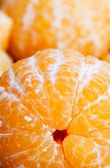 Сочные спелые фрукты, готовые к употреблению и, следовательно, очищенные от кожуры, крупным планом
