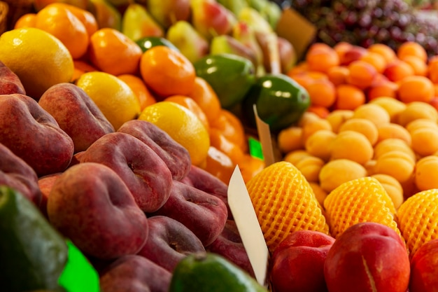 市場のカウンターでジューシーな熟した果物。自然からのビタミンと健康。側面図。