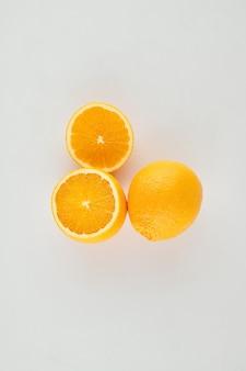 밝은 회색 테이블 표면에 맛있게 잘 익은 오렌지, 위에서 볼