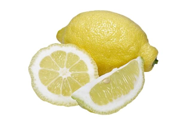 白い背景の上のレモンのジューシーなスライス食べ物と飲み物
