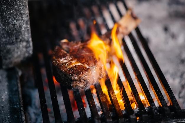 육즙이 풍부한 스테이크는 레스토랑에서 굽는다