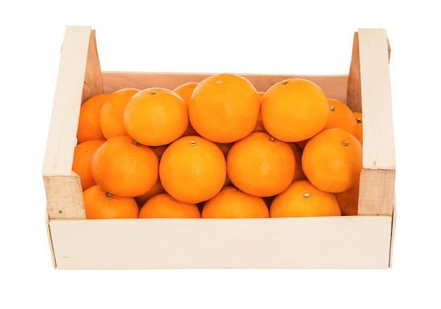 Сочные мандарины в деревянной коробке, сложенной пирамидкой