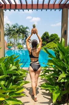 Сочные тропические фрукты на краю бассейна с кристально голубой водой. роскошный отдых на выходных