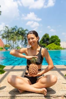 Сочные тропические фрукты на краю бассейна с кристально голубой водой. роскошный выходной отдых.
