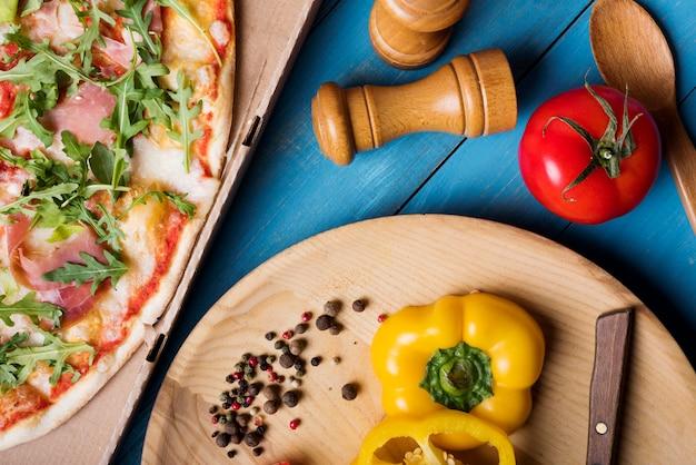 육즙 야채와 향신료 블루 질감 배경에 베이컨 피자