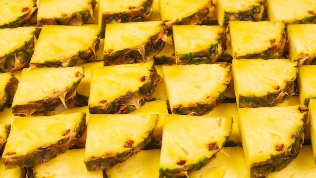 Сочные желтые ломтики ананаса