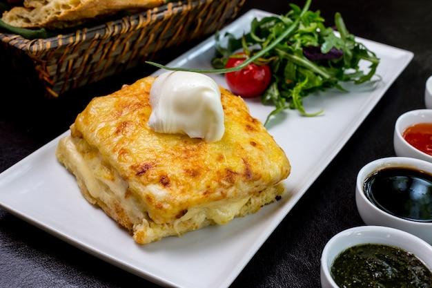 Panna acida del formaggio di pollo della crema del fungo di julienne sulla vista laterale superiore dell'insalata verde