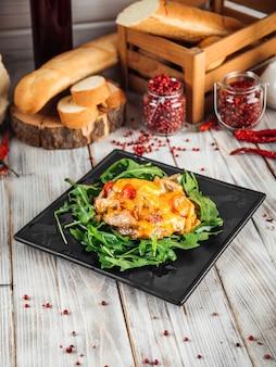 Жюльен под сыром с рукколой на деревянном декорированном столе
