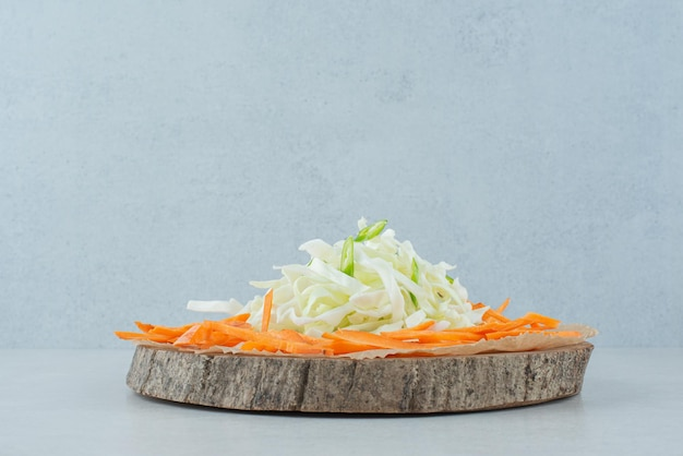 木片に様々な野菜を千切り。