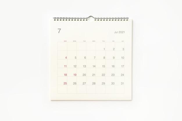Страница календаря июля 2021 года на белом фоне. фон календаря для напоминаний, бизнес-планирования, встреч и мероприятий.
