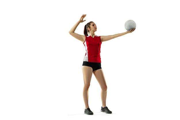 Nel salto e nel volo. giovane giocatore di pallavolo femminile isolato su sfondo bianco studio. donna in allenamento sportivo e scarpe da ginnastica, giocando. concetto di sport, stile di vita sano, movimento e movimento.