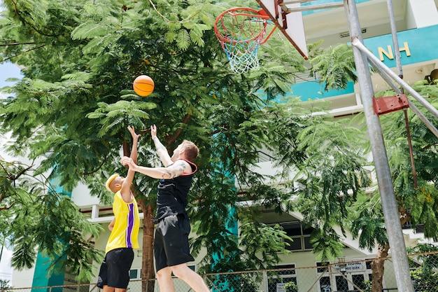ジャンプのバスケットボール選手