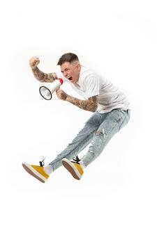 흰색 바탕에 팬 점프. 확성기와 축구 축구 팬으로 젊은 남자