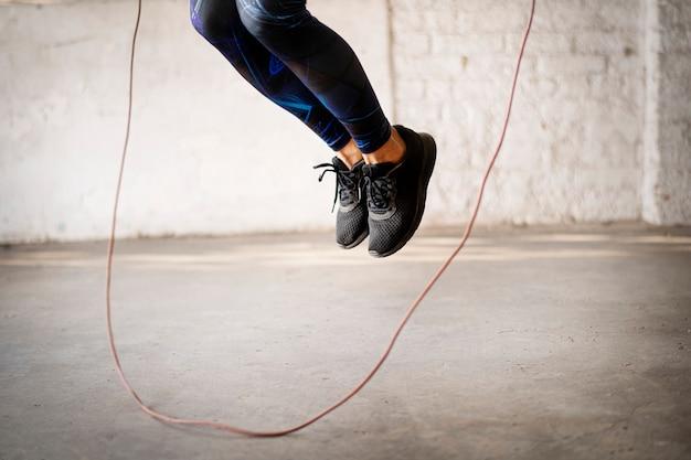 Прыжки со скакалкой в тренажерном зале