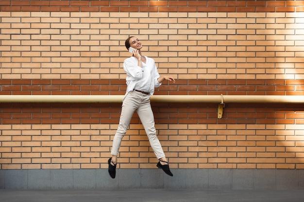 Прыгающая женщина в городе