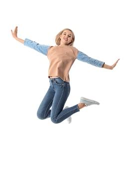 흰색 표면에 젊은 여자 점프