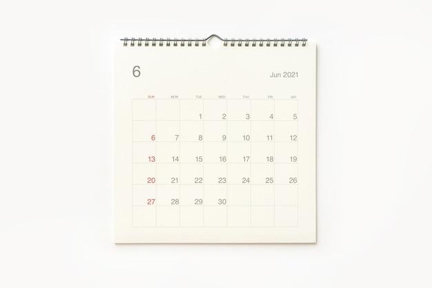 Страница календаря июня 2021 года на белом фоне. фон календаря для напоминаний, бизнес-планирования, встреч и мероприятий.