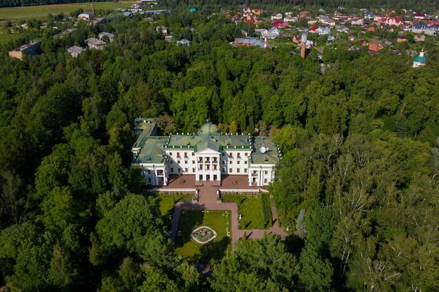 2019 년 6 월 3 일 러시아 모스크바 지역. lyalovo의 옛 고귀한 저택은 park-hotel morozovka에 있습니다.