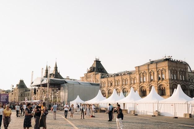 6 июня 2019 года. красная площадь, москва, россия. кремлевские башни и туристы на красной площади на закате в москве.