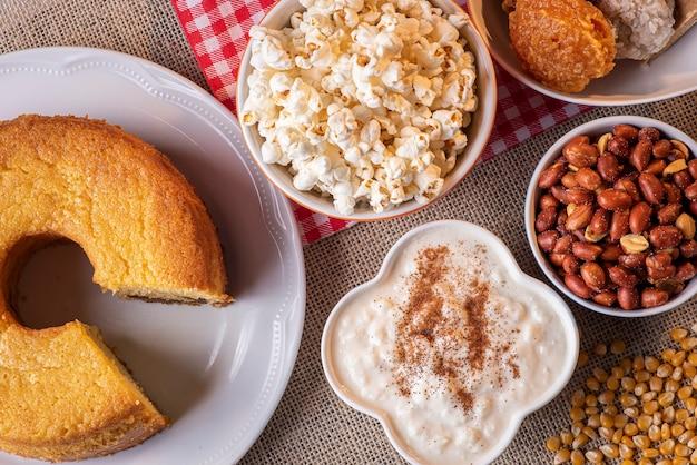 6 월 파티. 축제 junina의 전형적인 과자. 옥수수 가루 케이크, 팝콘, 호 미니, 코카 다, 호박 잼, 땅콩
