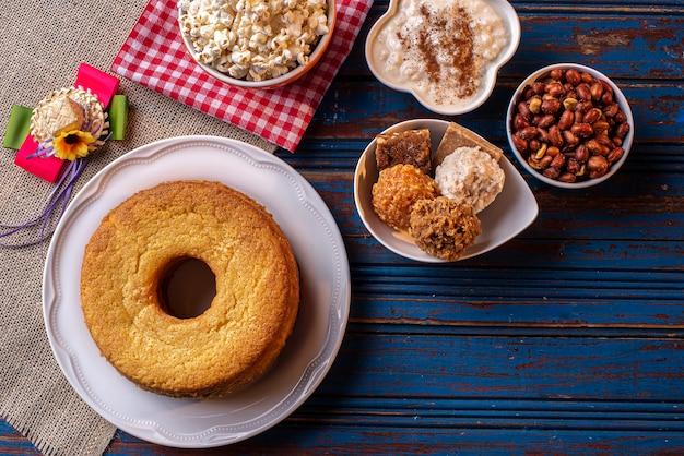6月のパーティー。フェスタジュニーナの代表的なスイーツ。コーンミール ケーキ、ポップコーン、ホミニー、パオカ、コカダ、カボチャ ジャム、ピーナッツ