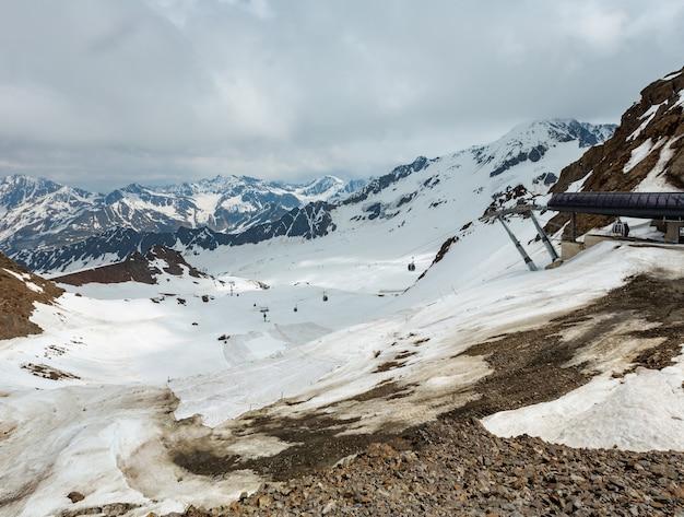 절벽과 구름 위의 karlesjoch alps 산 (오스트리아-이탈리아 국경의 kaunertal gletscher 근처 3108m)에서 6 월보기.