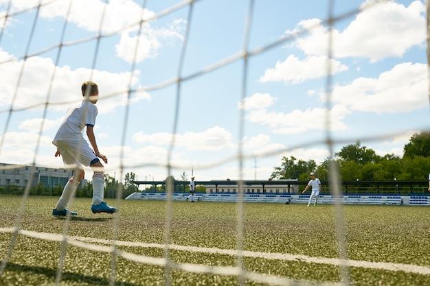 Юношеская футбольная команда на практике