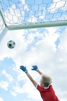 Юный вратарь играет