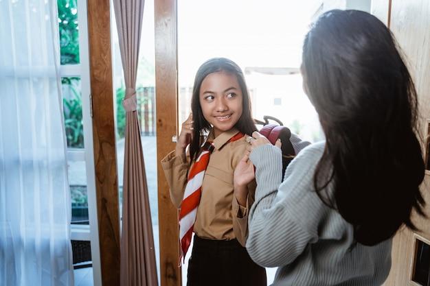 Юная ученица средней школы собирается в школу
